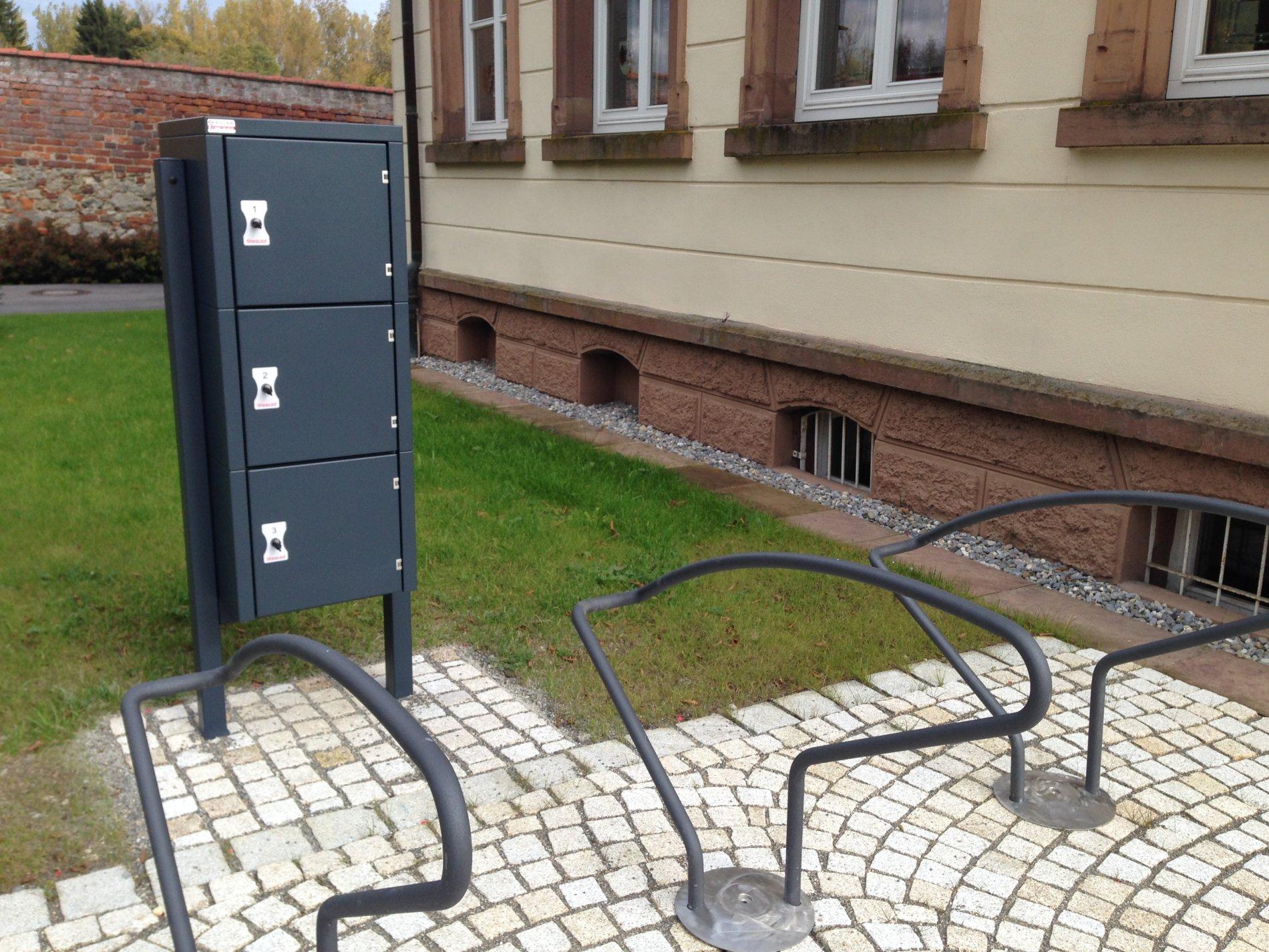 E-Bike Akku-Ladeboxen vor dem Rathaus
