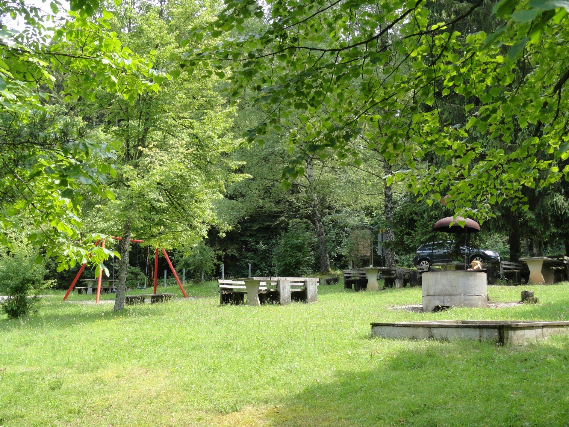 Wanderparkplatz mit Schaukel und Grillstelle mitten im Grünen