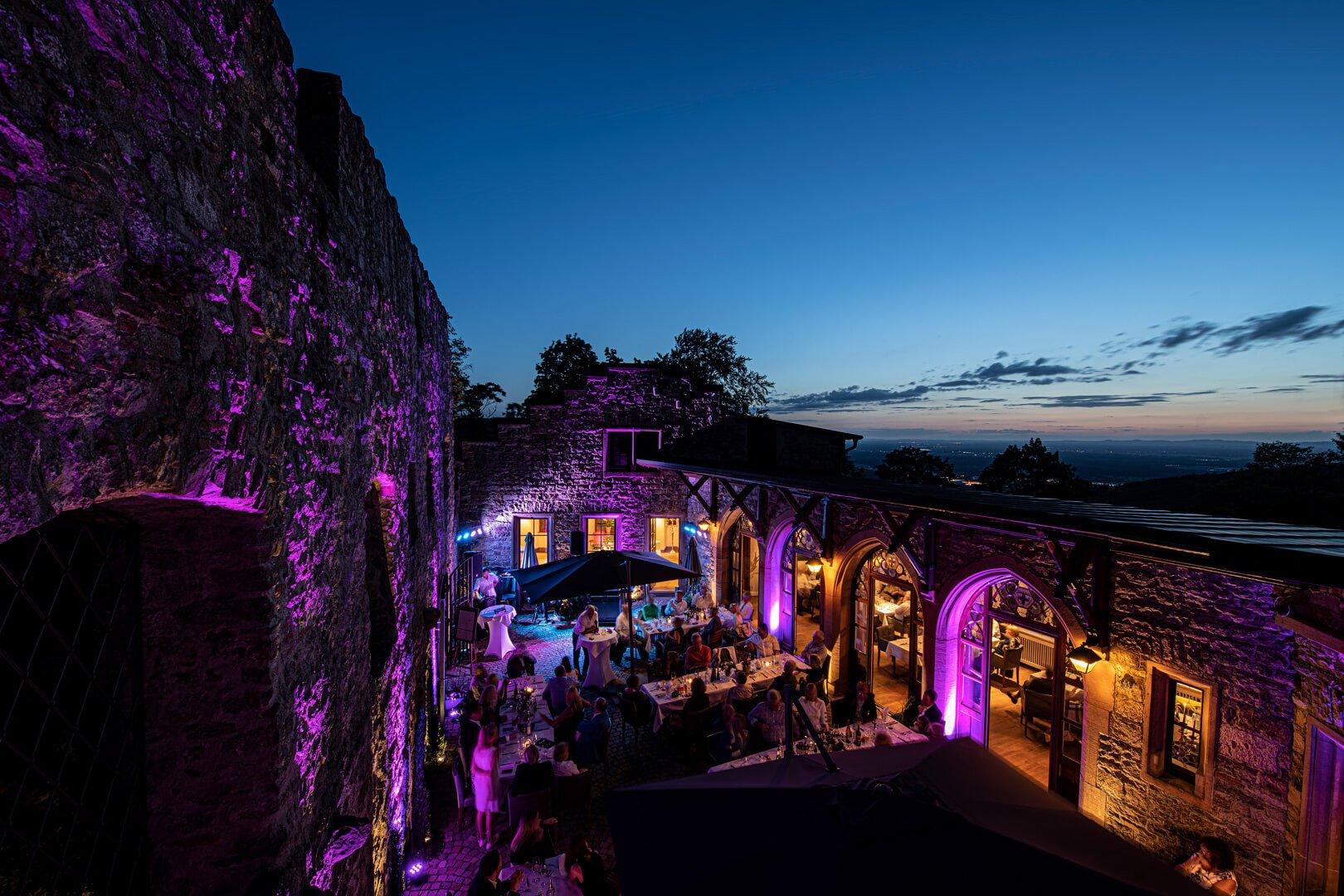 Fidelitas, abendlich beleuchteter Innenhof