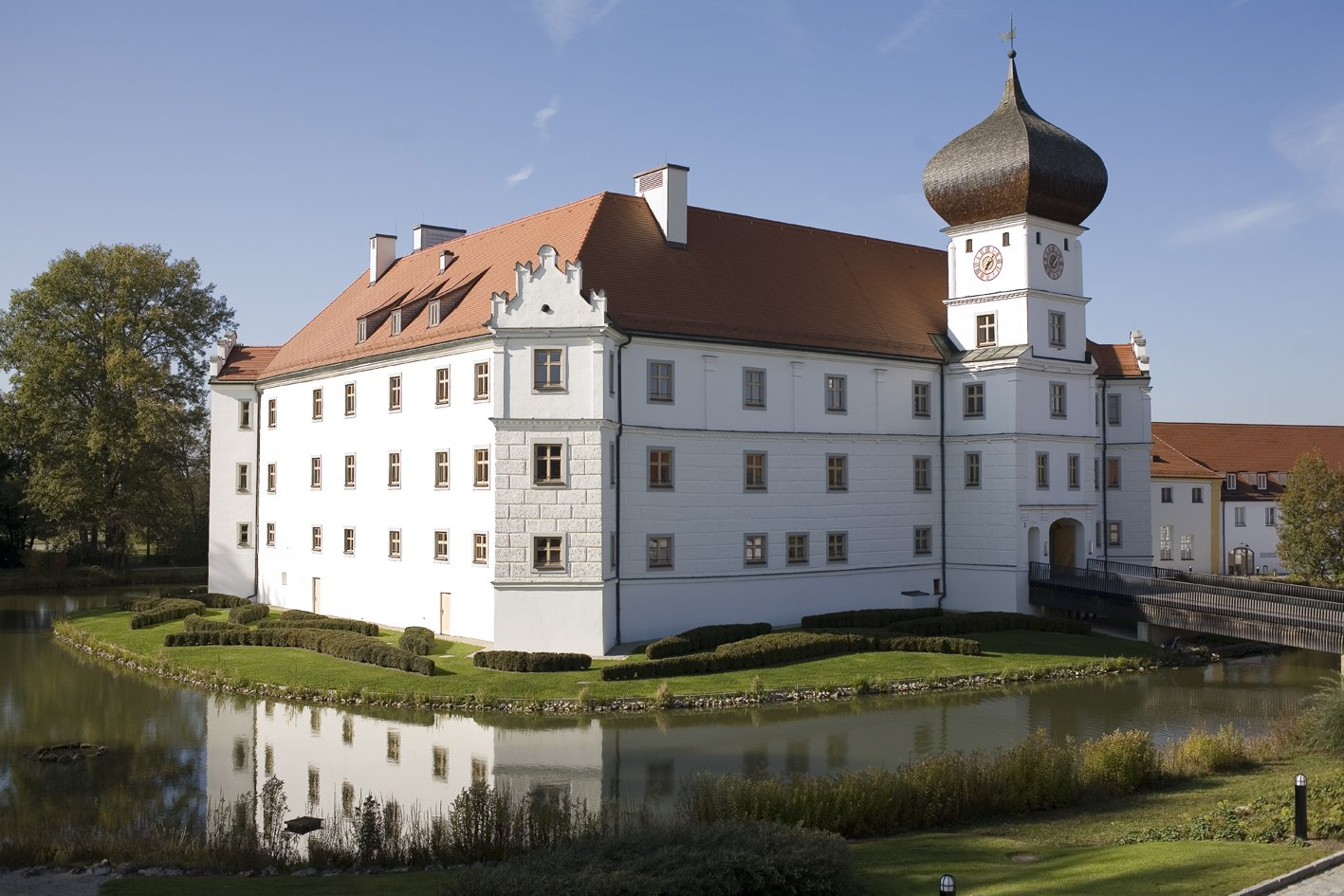 Außenansicht von Schloss Hohenkammer und Wassergraben