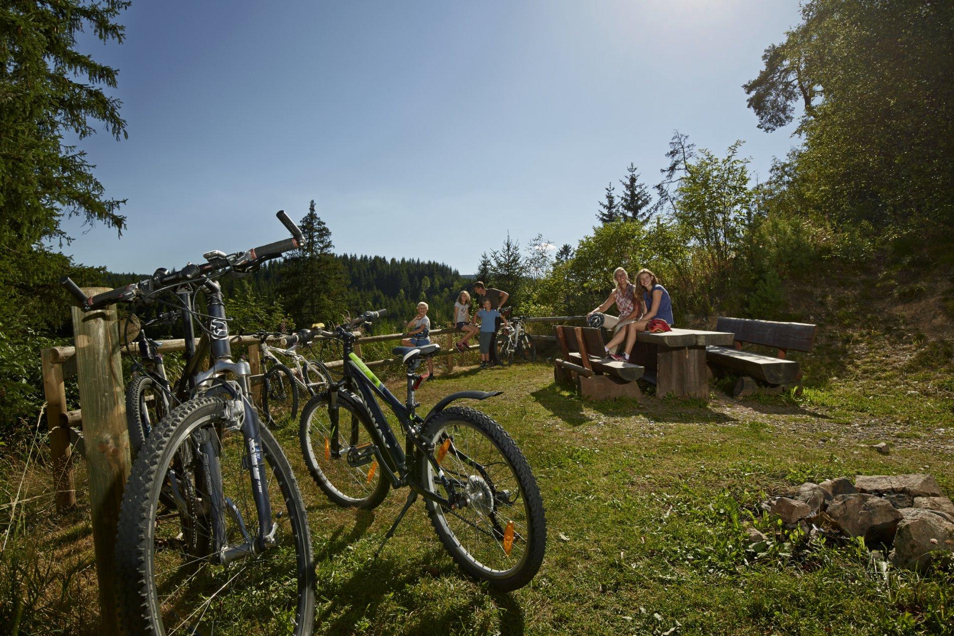 Familie macht Pause bei der Fahrradtour