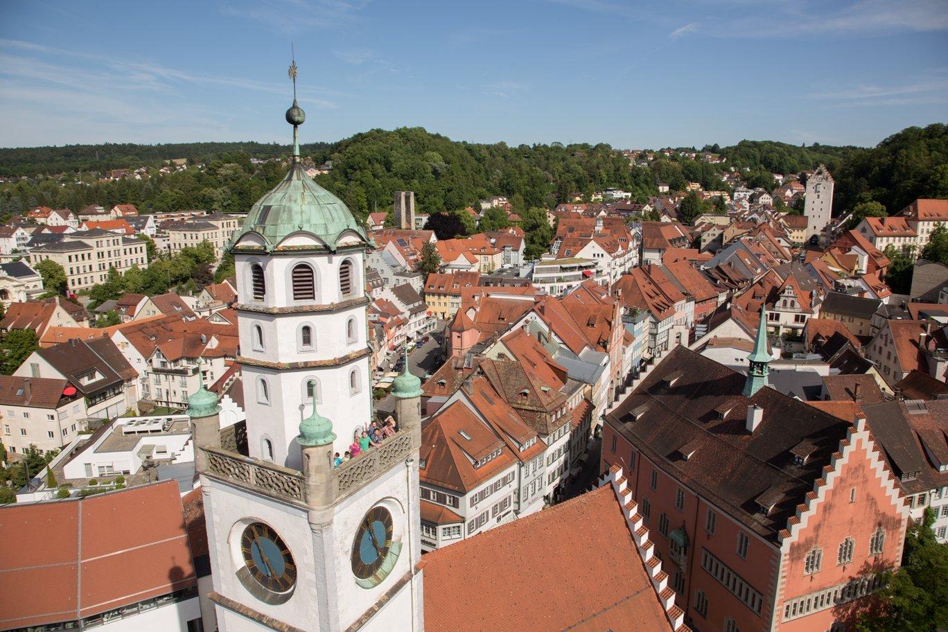 Der Blaserturm und die historische Stadt Ravensburg im Hintergrund.
