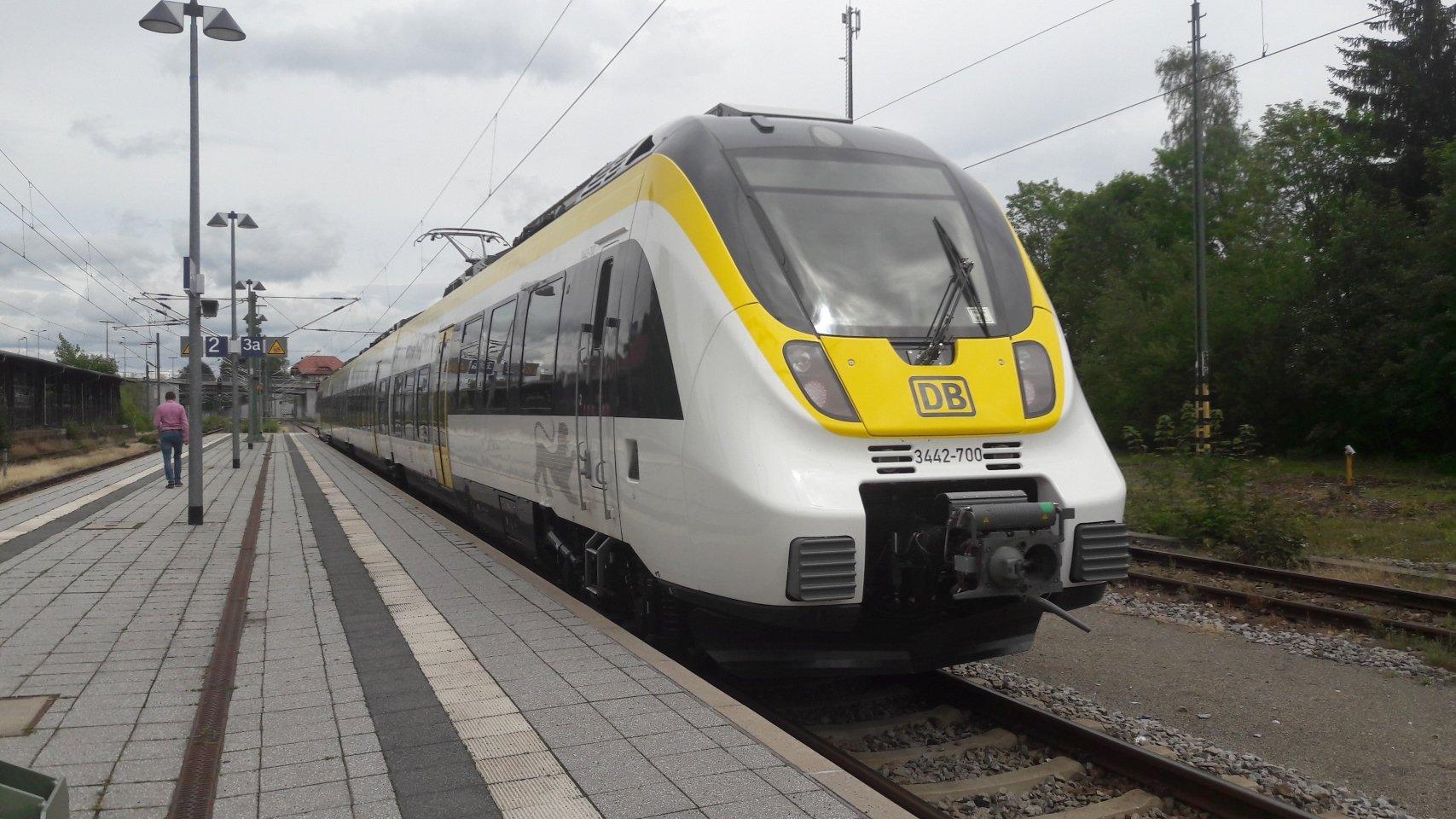An- und Abreise mit dem Zug - Ein Zug fährt in den Bahnhof ein