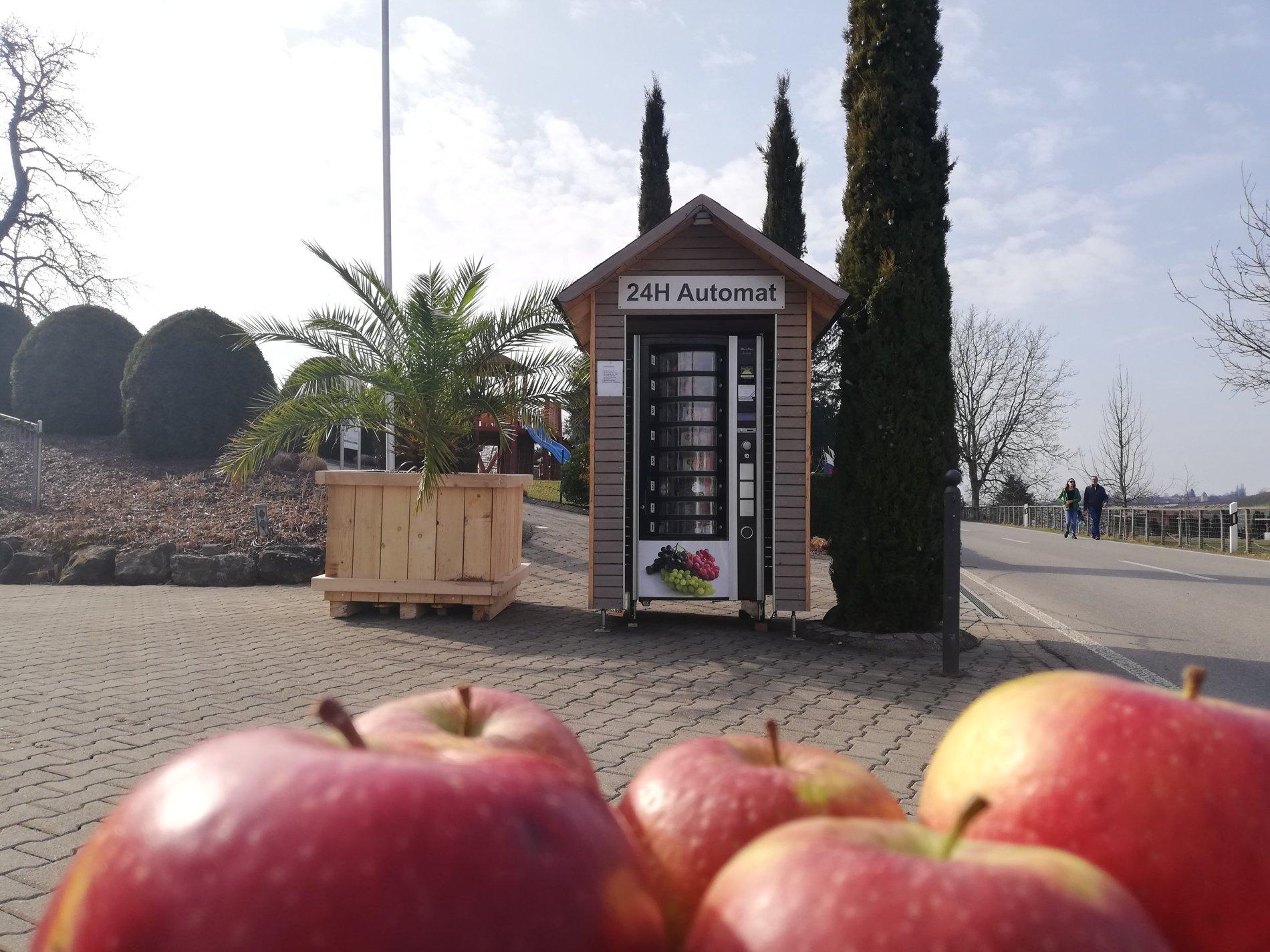 Obstautomat und Äpfel Gomeringer