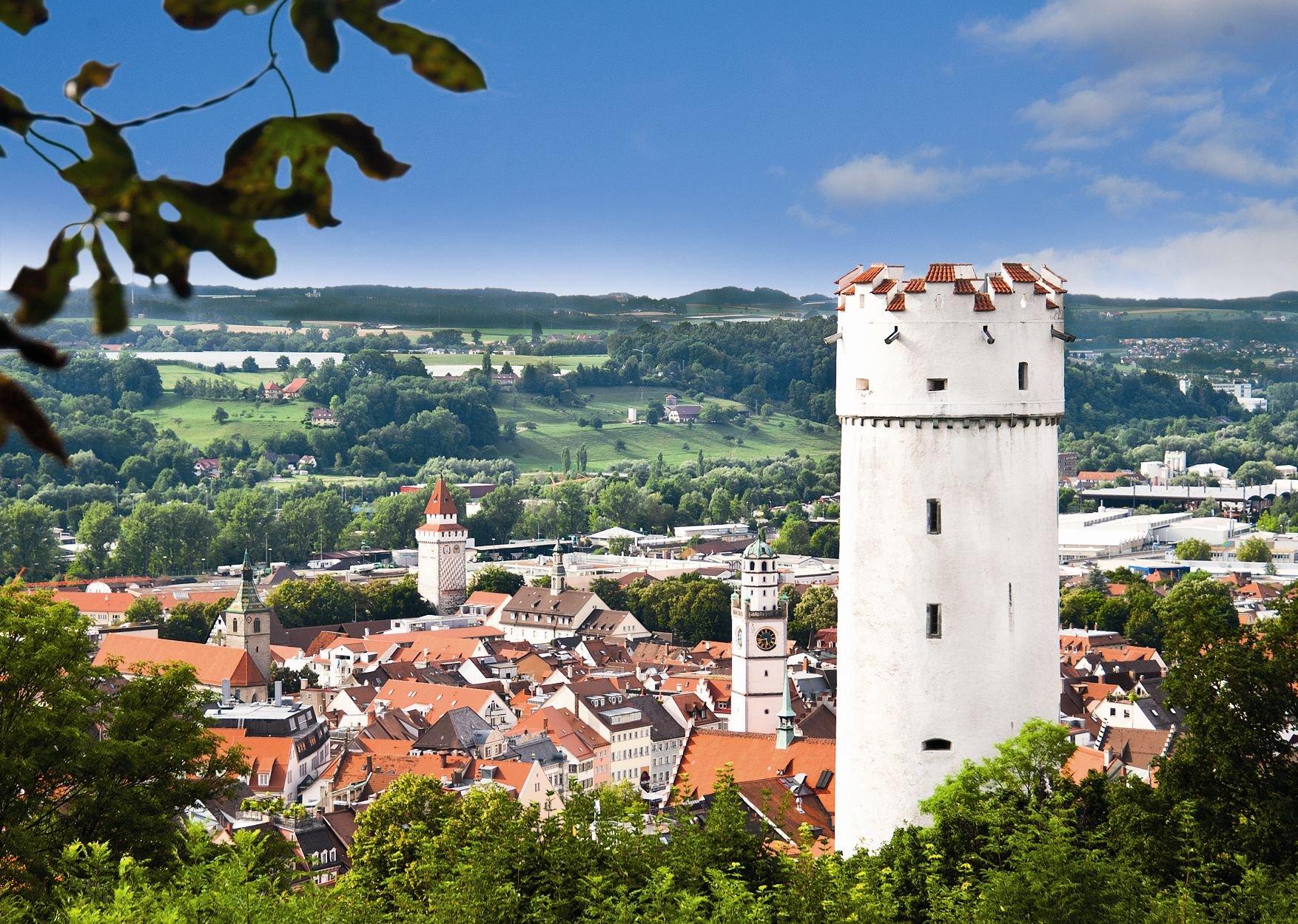 Der Mehlsack auf der rechten Seite des Bildes mit der historischen Stadt Ravensburg im Hintergrund.