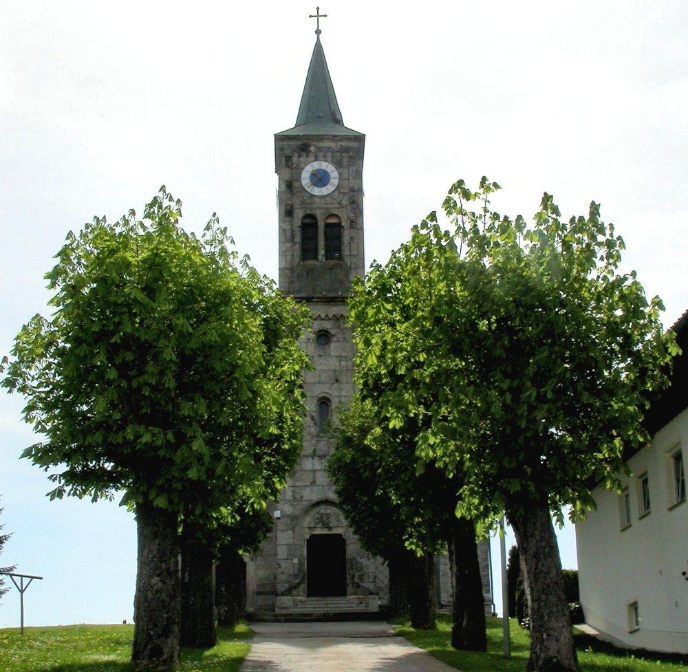 Blick auf die Pfarrkirche Herzogsreut (Gemeinde Hinterschmiding) im Dreiländereck Bayerischer Wald