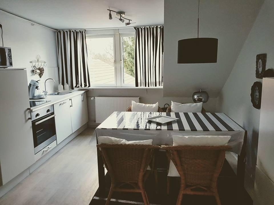 Offene und helle Küche mit Esstisch für 4 Personen