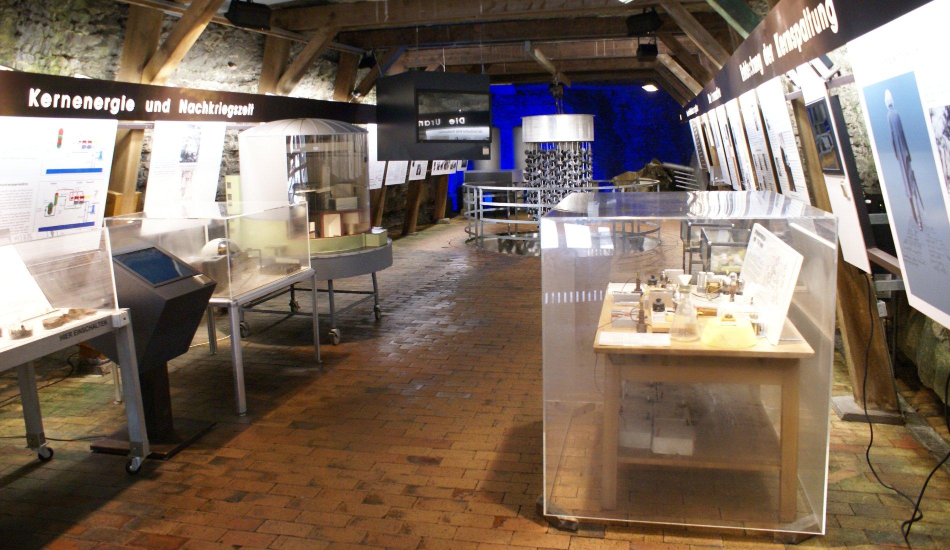 Innenansicht Atomkeller-Museum Haigerloch mit Schaukästen und -tafeln sowie die originalgetreue Rekonstruktion eines Reaktors.