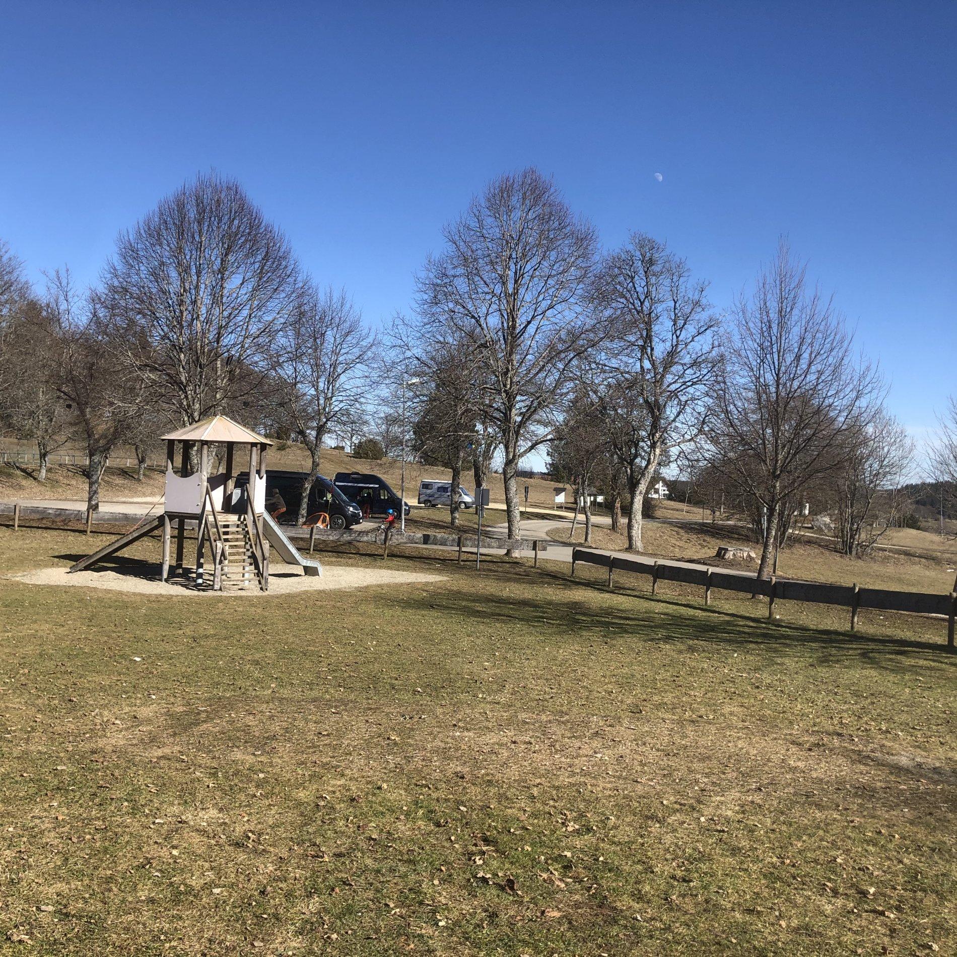 Großflächiger Spielplatz mit Rutschturm
