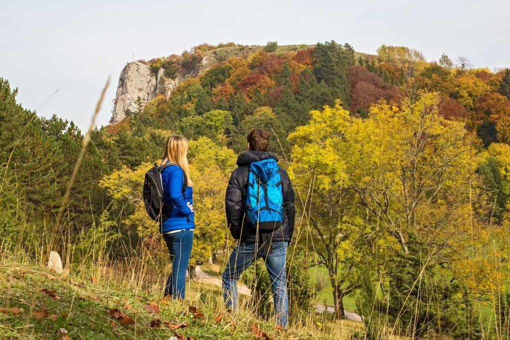 Zwei Wanderer blicken zum Lochenstein