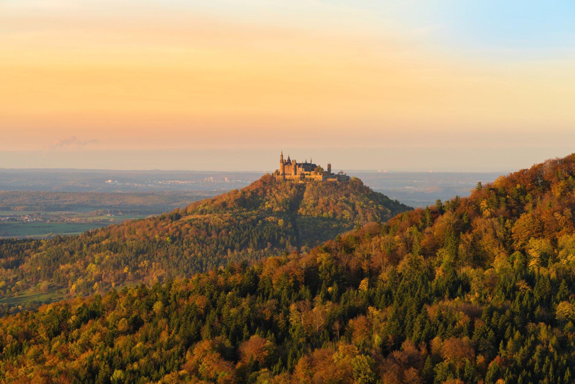 Sonnenuntergang am Traufgang Wiesenrunde mit Blick auf die Burg Hohenzollern