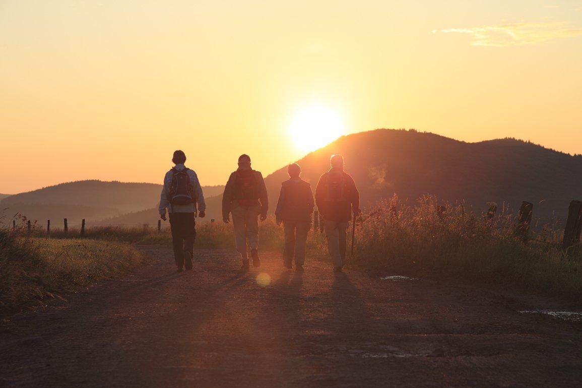 Wanderer auf dem Medebacher Bergweg bei Sonnenuntergang