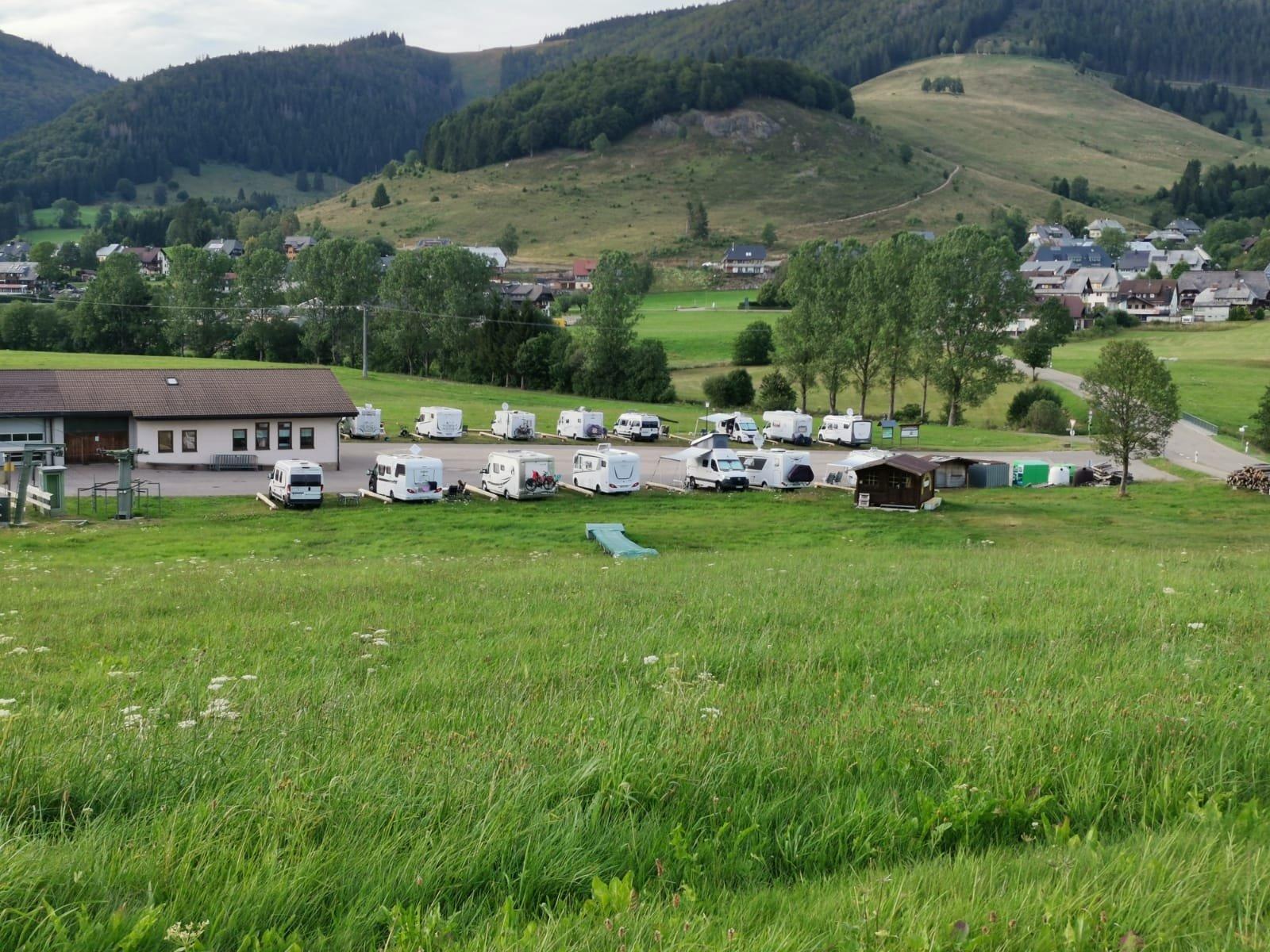 Bernau im Schwarzwald: Idyllisch gelegen in dem wunderschönen Hochtal - der Wohnmobilstellplatz am Spitzenberg bei Bernau, Ortsteil Innerlehen. Geöffnet von April bis Oktober