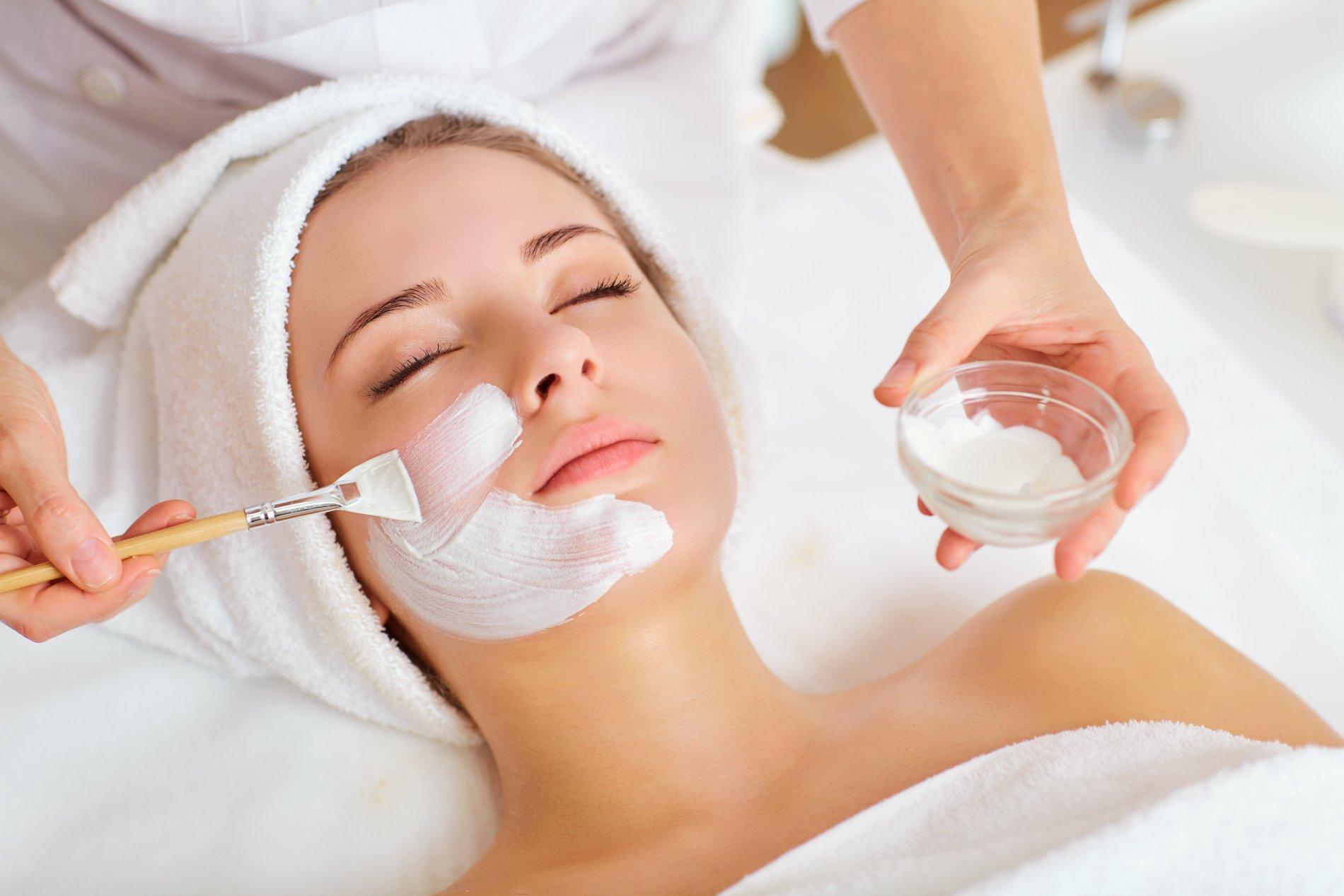 Gesichtsmaske wird mit einem Pinsel aufgetragen
