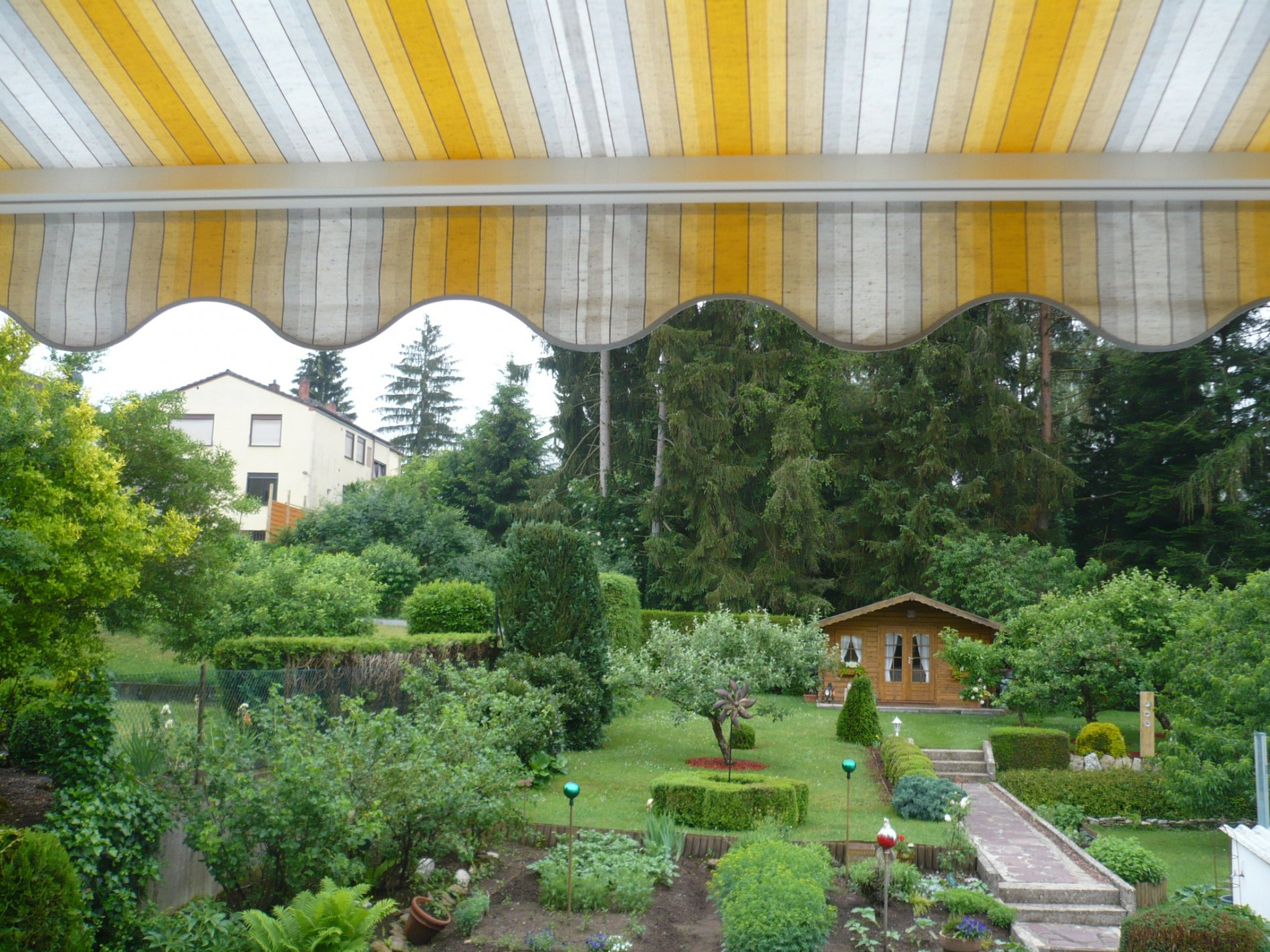 Großer Garten mit Gartenhaus