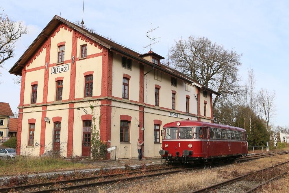 historischer Schienenbus am alten Bahnhof von Ostrach