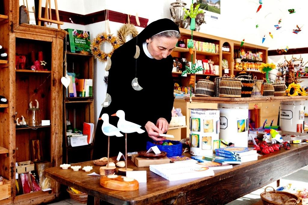 Sr. Kornelia sortiert angebotene Artikel im Klosterladen