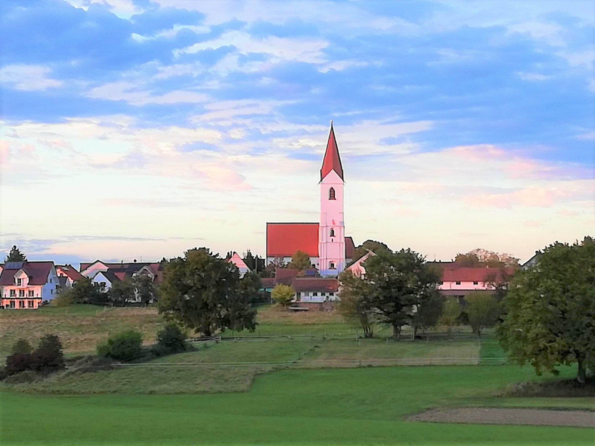 Außenansicht der Filialkirche Maria Himmelfahrt in Paunzhausen/ Johanneck