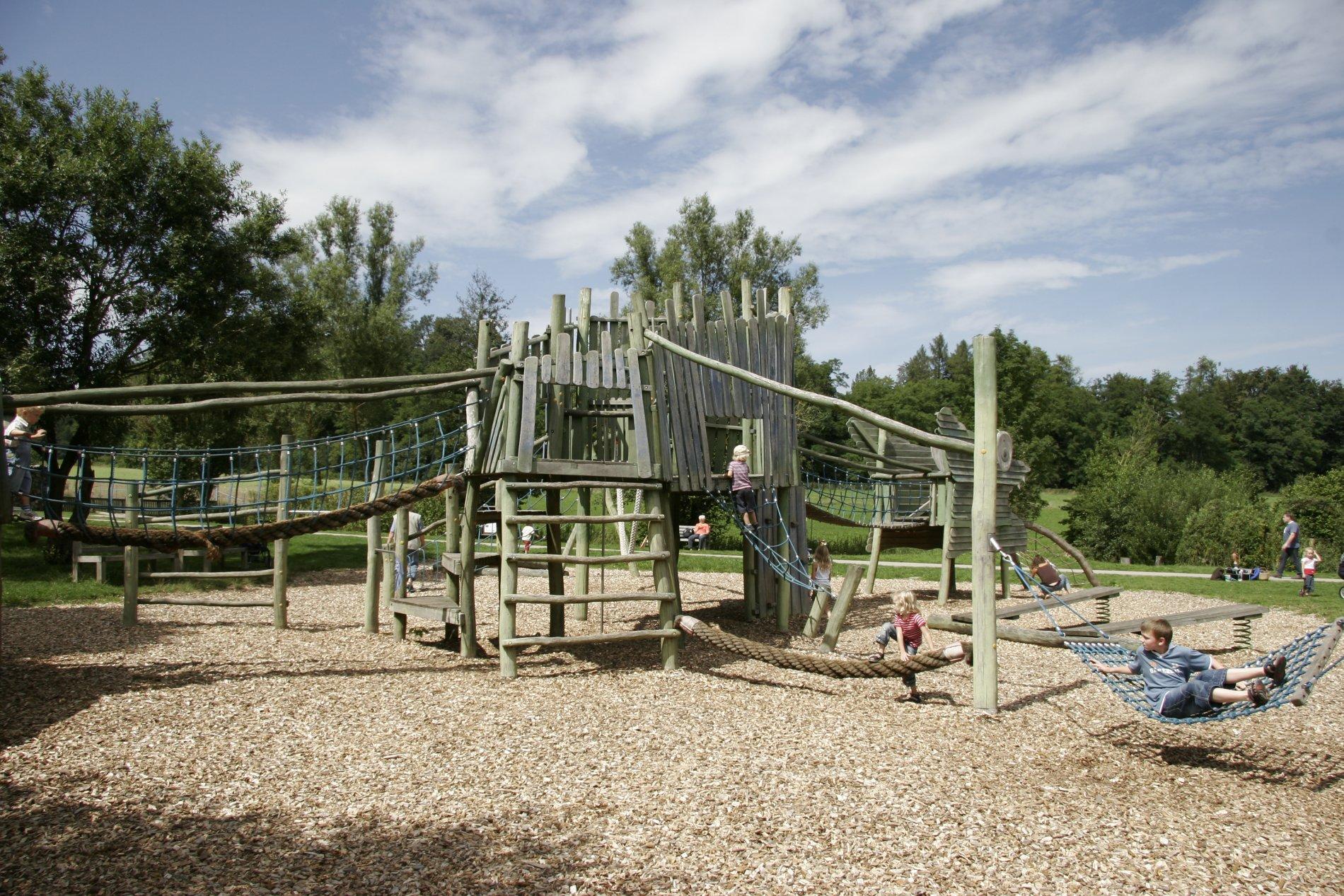 Übersicht Kletterspielplatz mit Hängematte