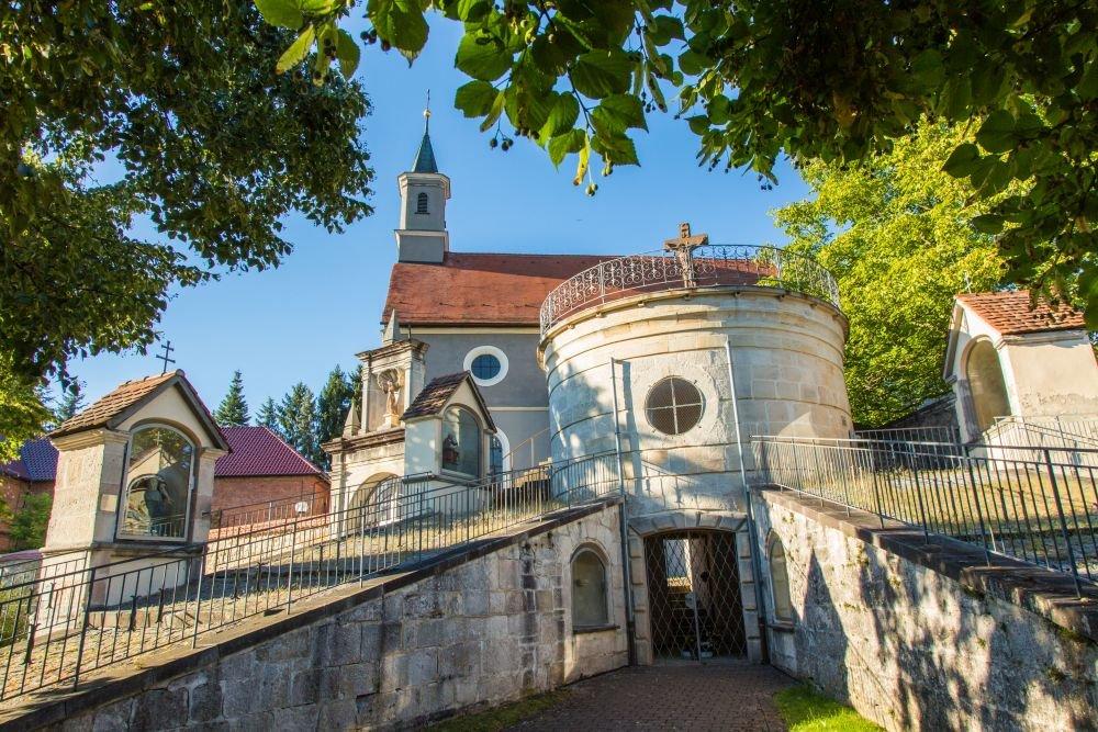 Blick auf das Kreuzwegportal von St. Luzen