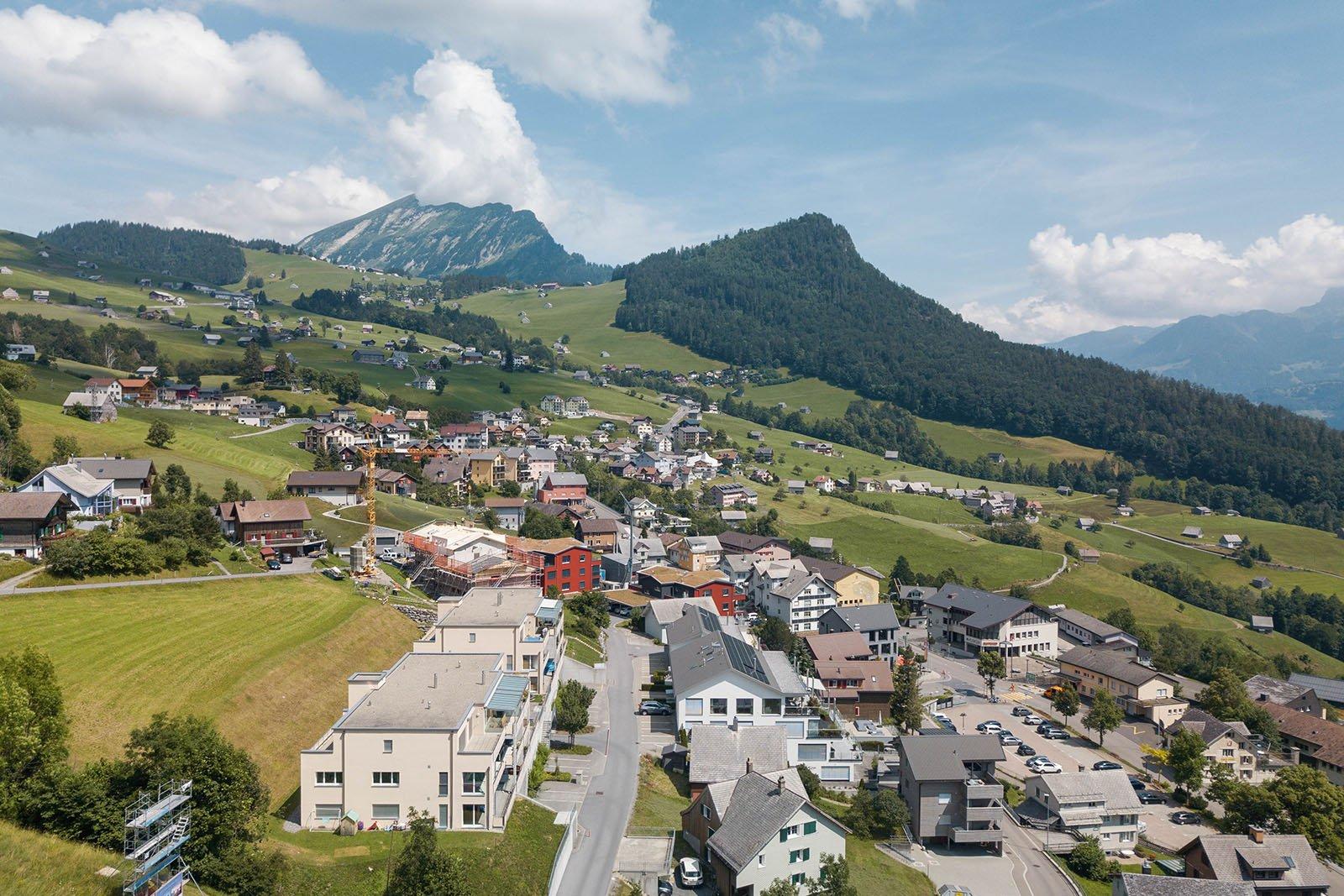 Eine Sicht über das Dorfzentrum von Amden mit Leistchamm und Chapf im Hintergrund