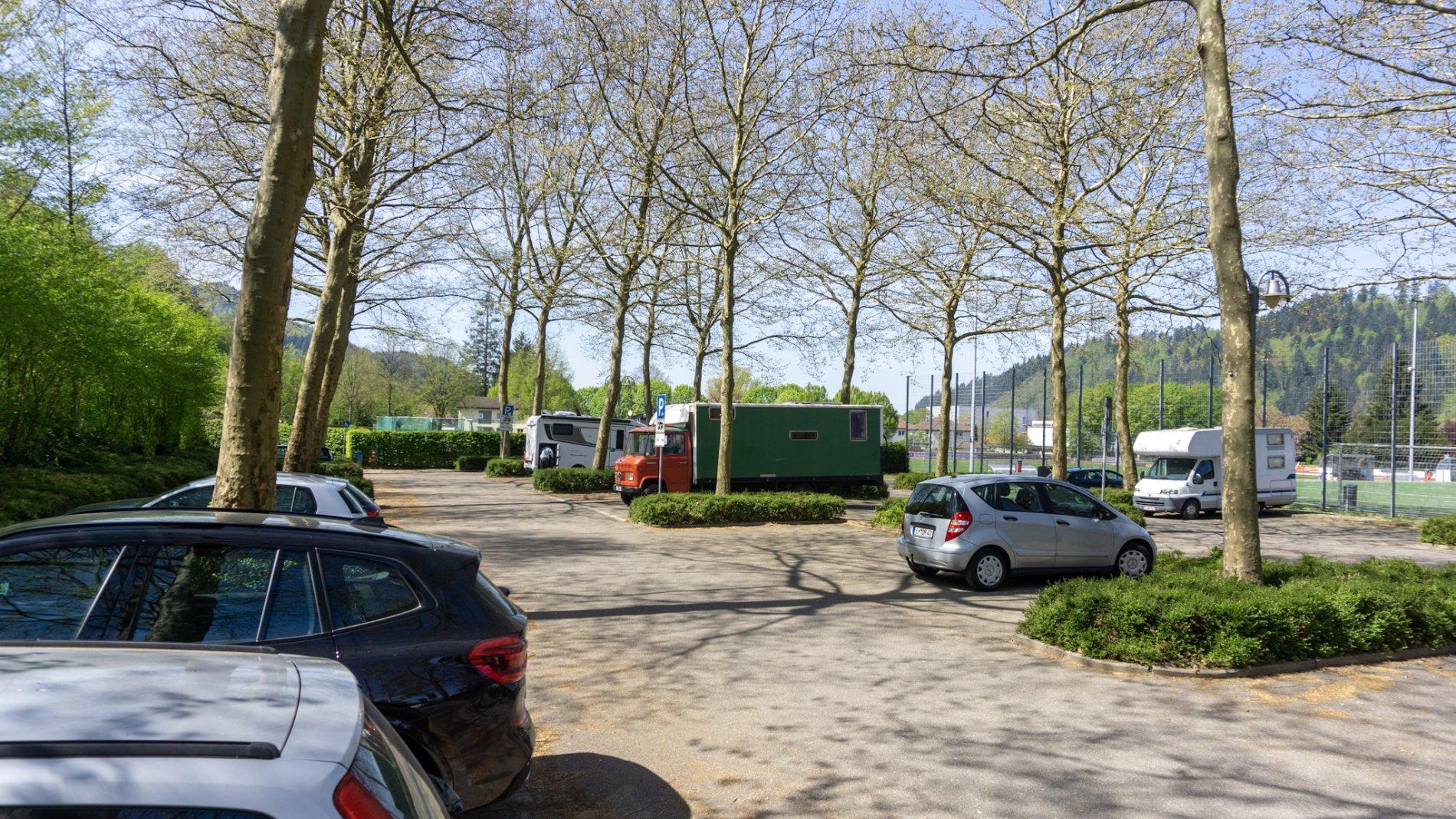 Parkende Autos und Wohnmobile auf dem Wohnmobilstellplatz in Waldkirch