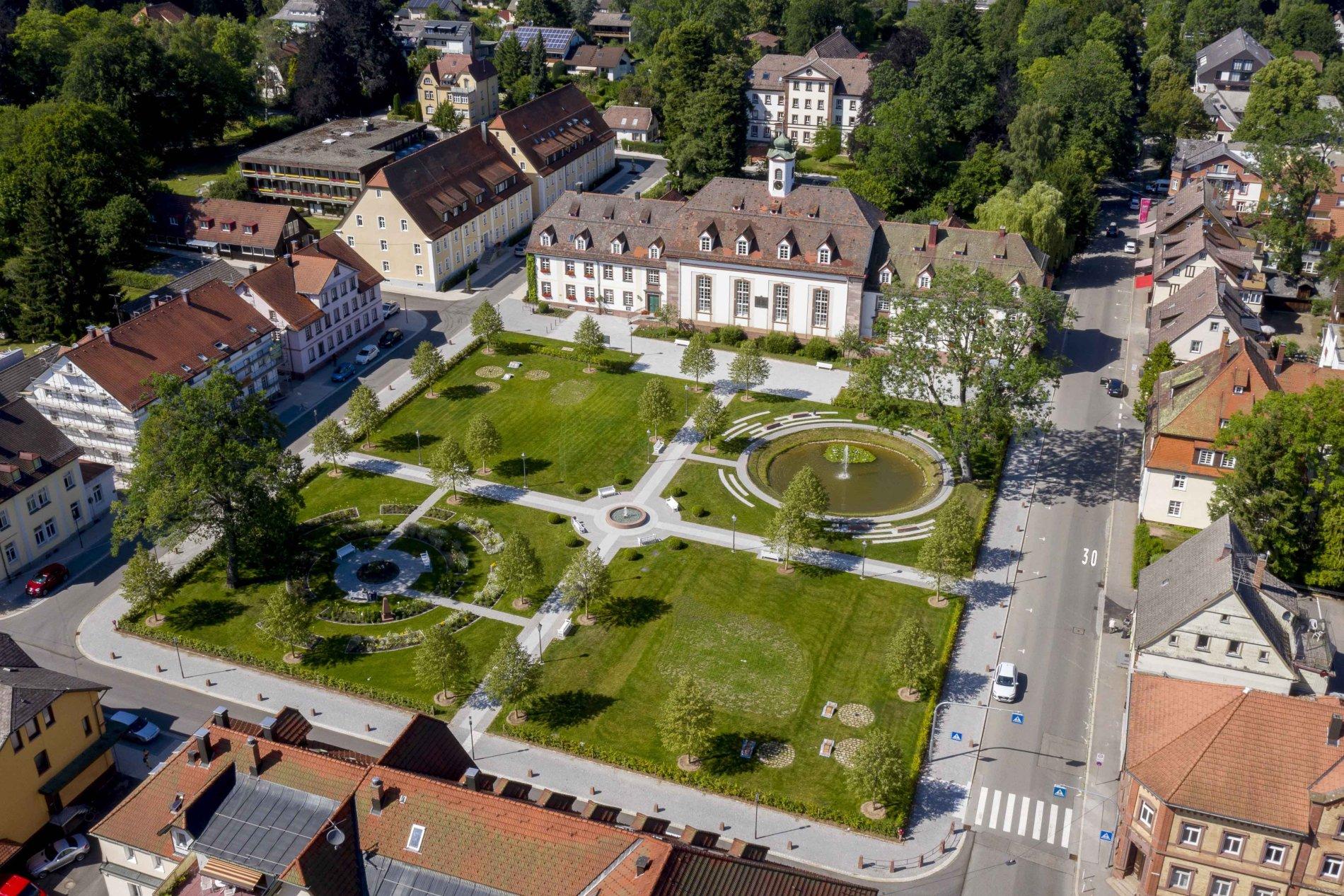 Historischer Zinzendorfplatz mit Herrnhuter Kirchensaal Luftbild