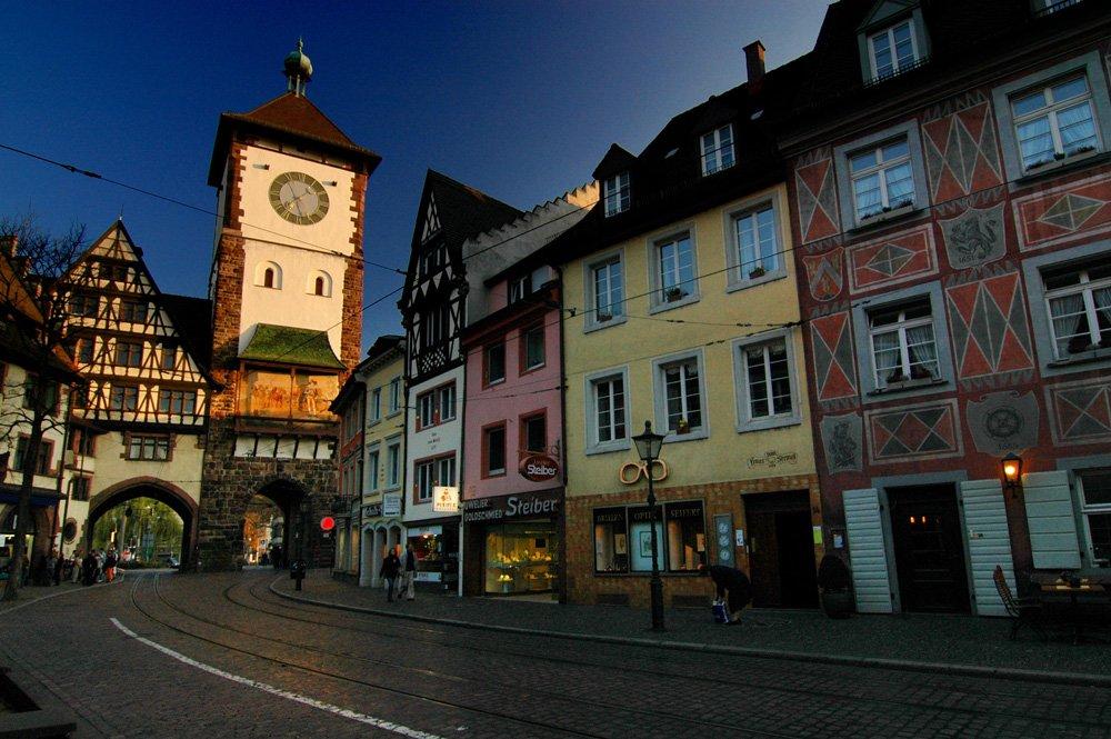 Freiburg Schwabentor in der Dämmerung