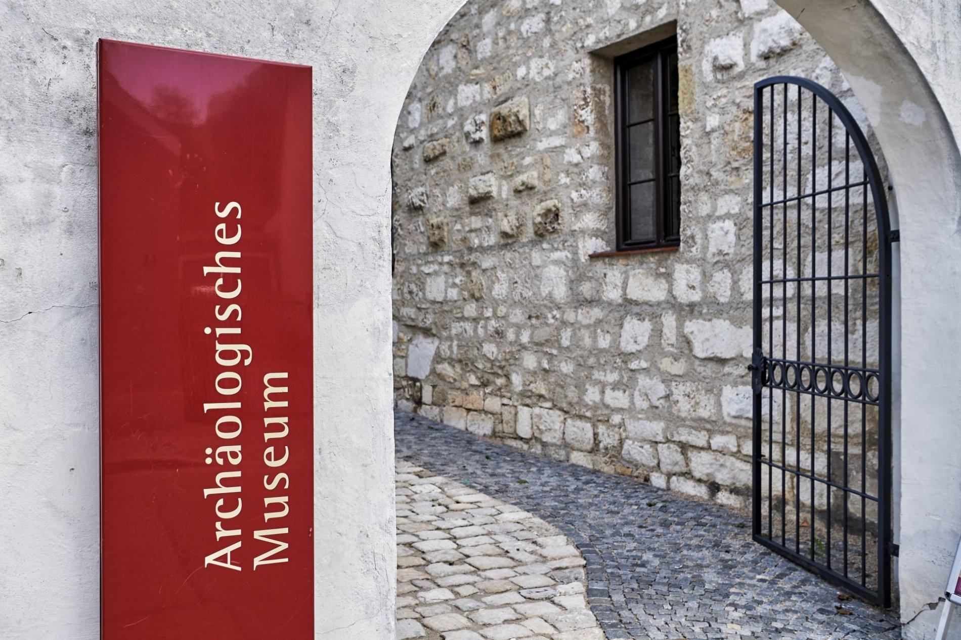 Eingangstor zum Archäologischen Museum in Kelheim