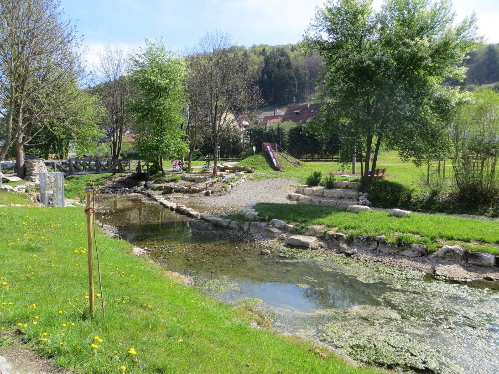 Spielplatz Stetten u.H. auf einer grünen Wiese