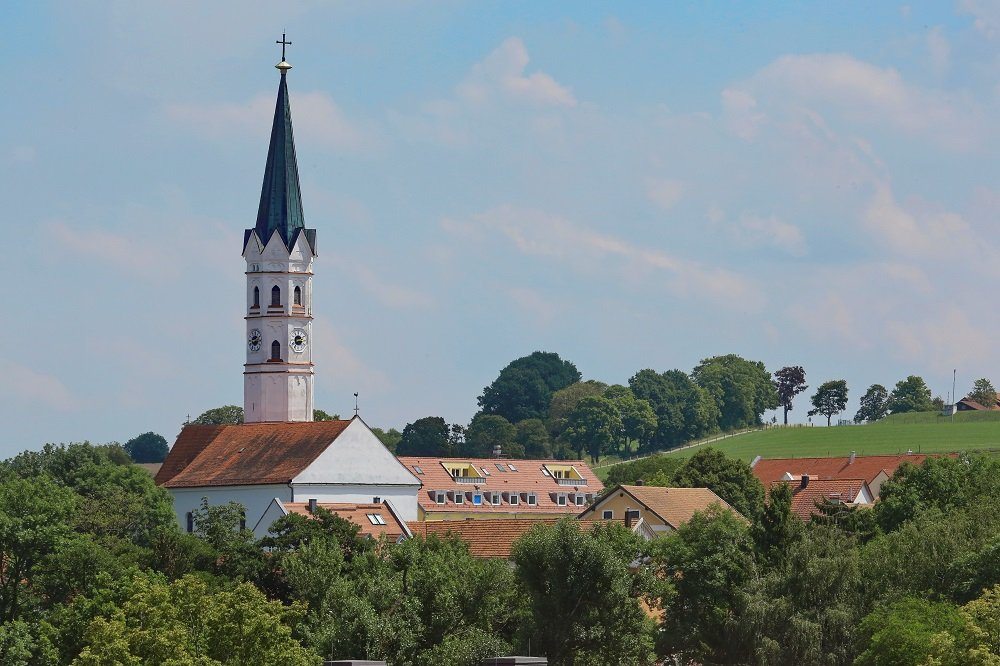 Außenansicht mit dem markanten Kirchturm der Pfarrkirche St. Johannes Evangelist in Hohenkammer