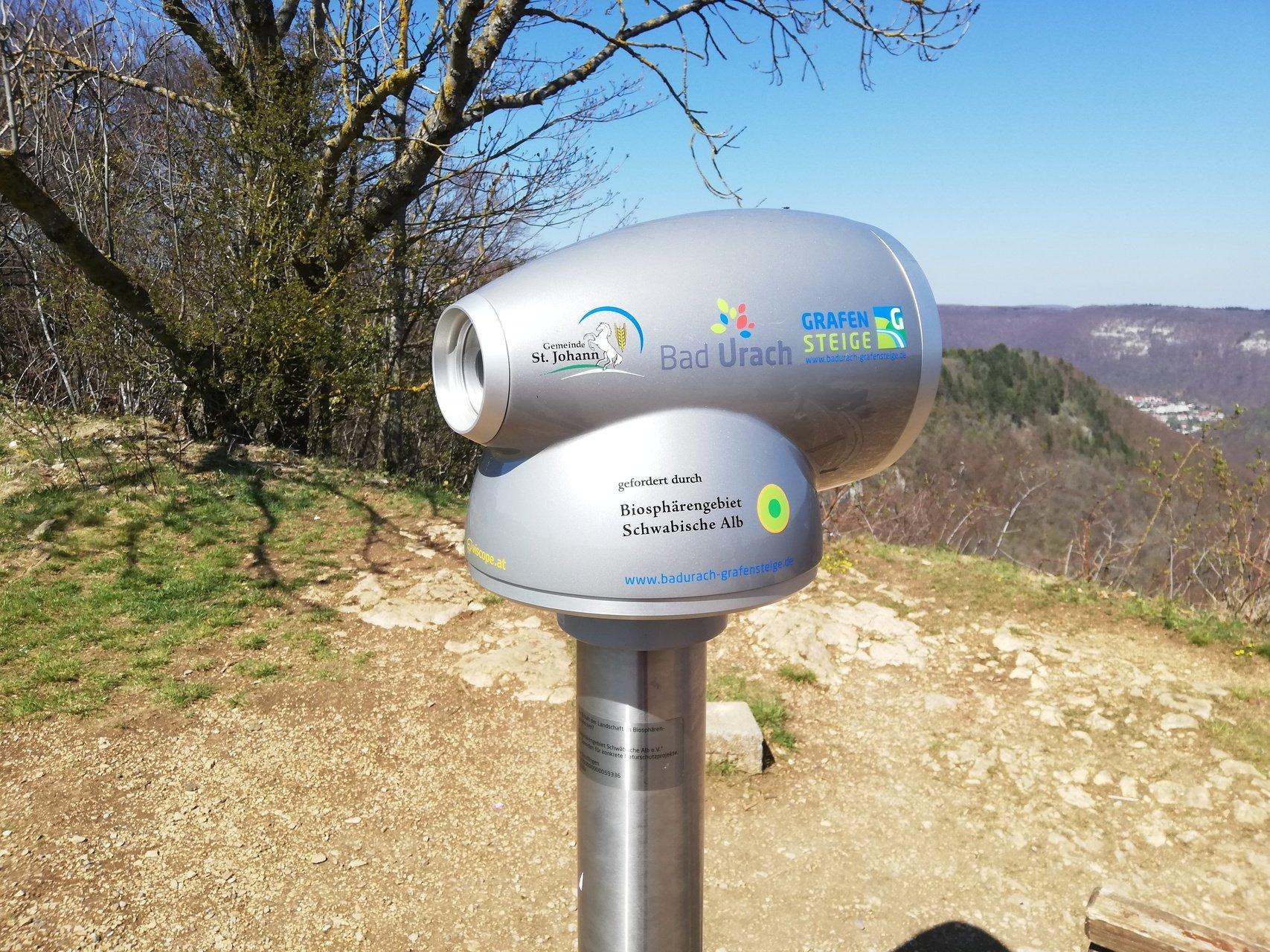 ein silbernes Erklär-Fernrohr auf einem Aussichtspunkt