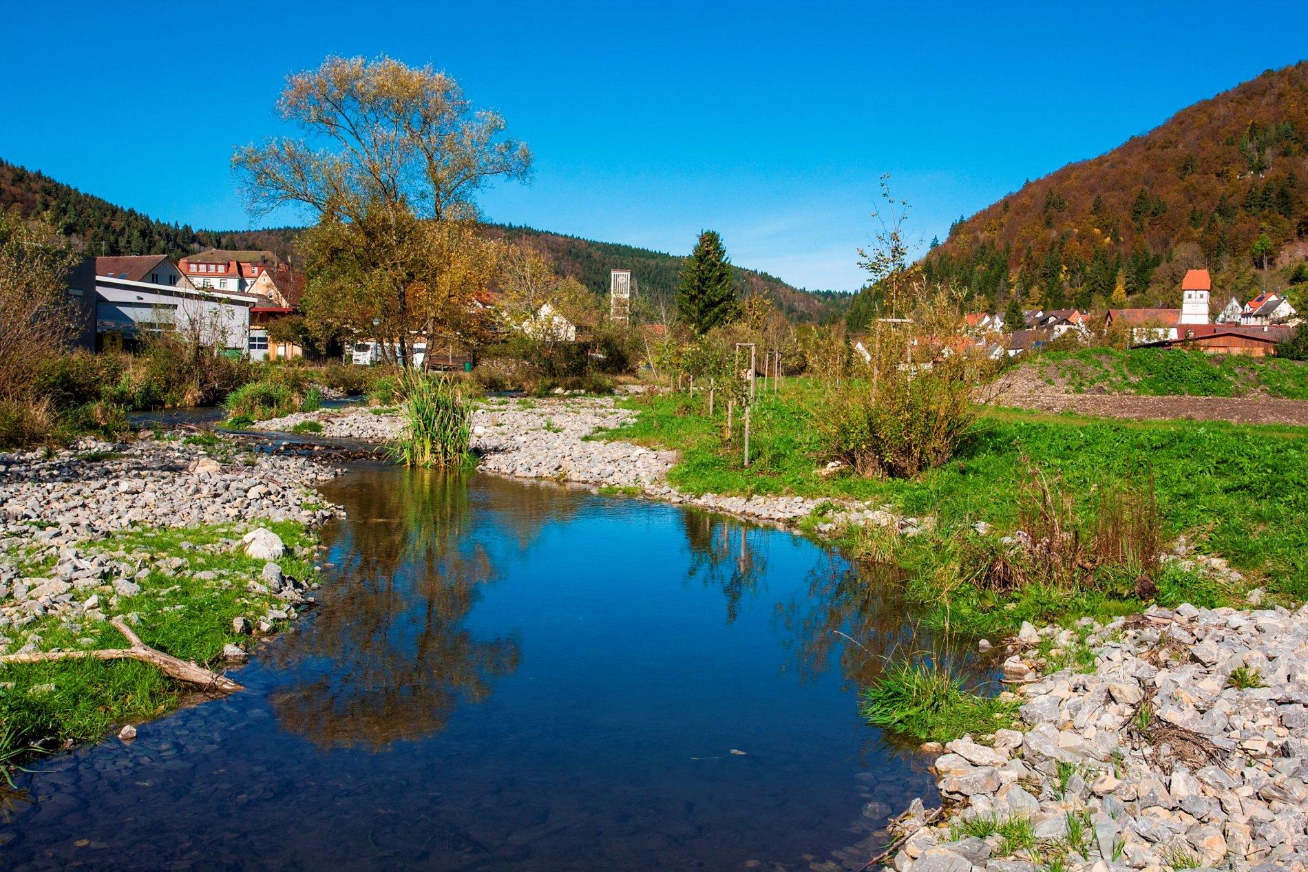 Flussbett der Oberen Bära, im Hintergrund ist Nusplingen zu sehen