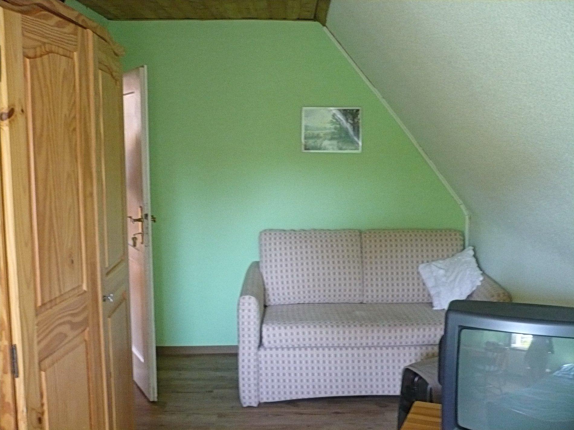 Couch mit Holzschrank und Fernseher