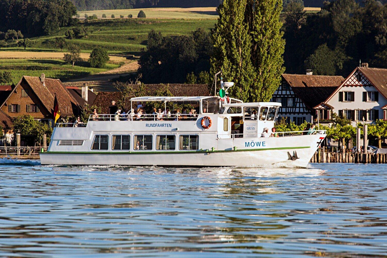"""Das Ausflugsschiff """"Möwe"""" fährt über den glitzernden Bodensee"""