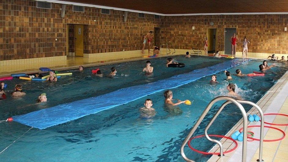 Innenraum mit Schwimmerbecken im Hallenbad Nandlstadt