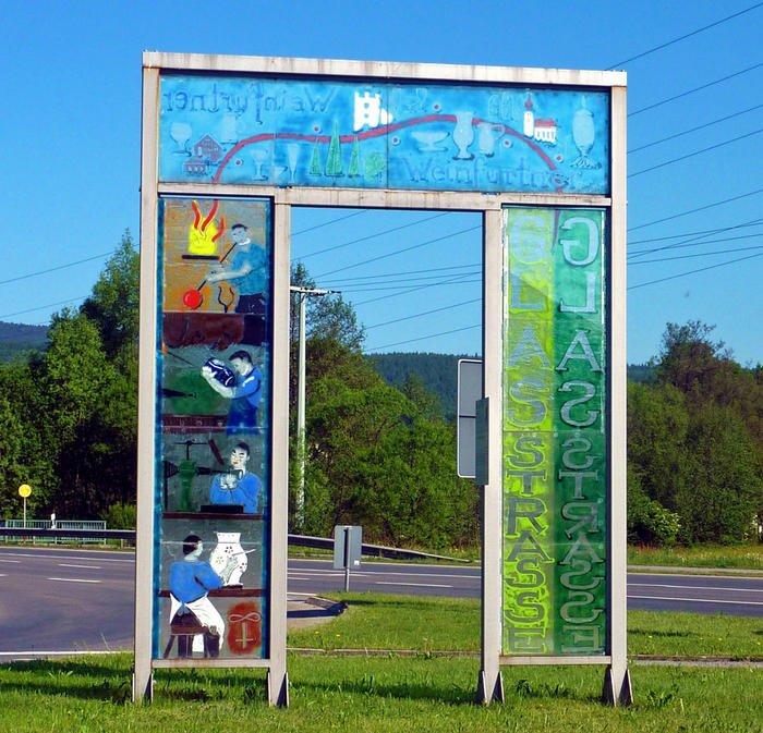 Handgemachtes Glastor im Lamer Winkel: Hier startet der Fernwanderweg Gläserner Steig