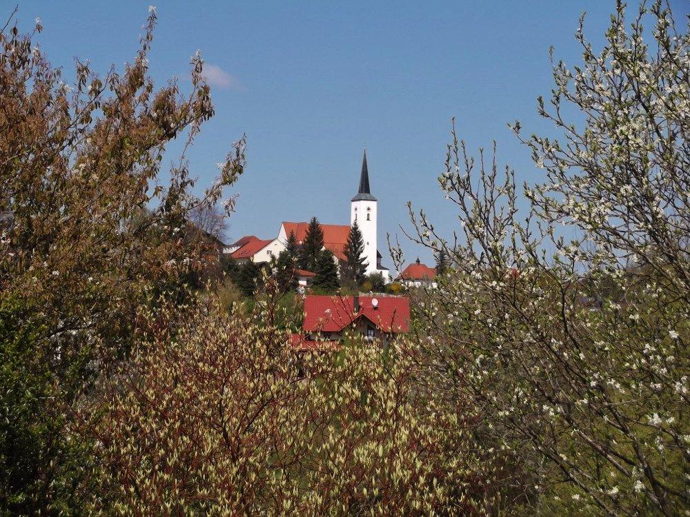 Blick auf die Pfarrkirche in Eging a.See im Vorwald Bayerischer Wald