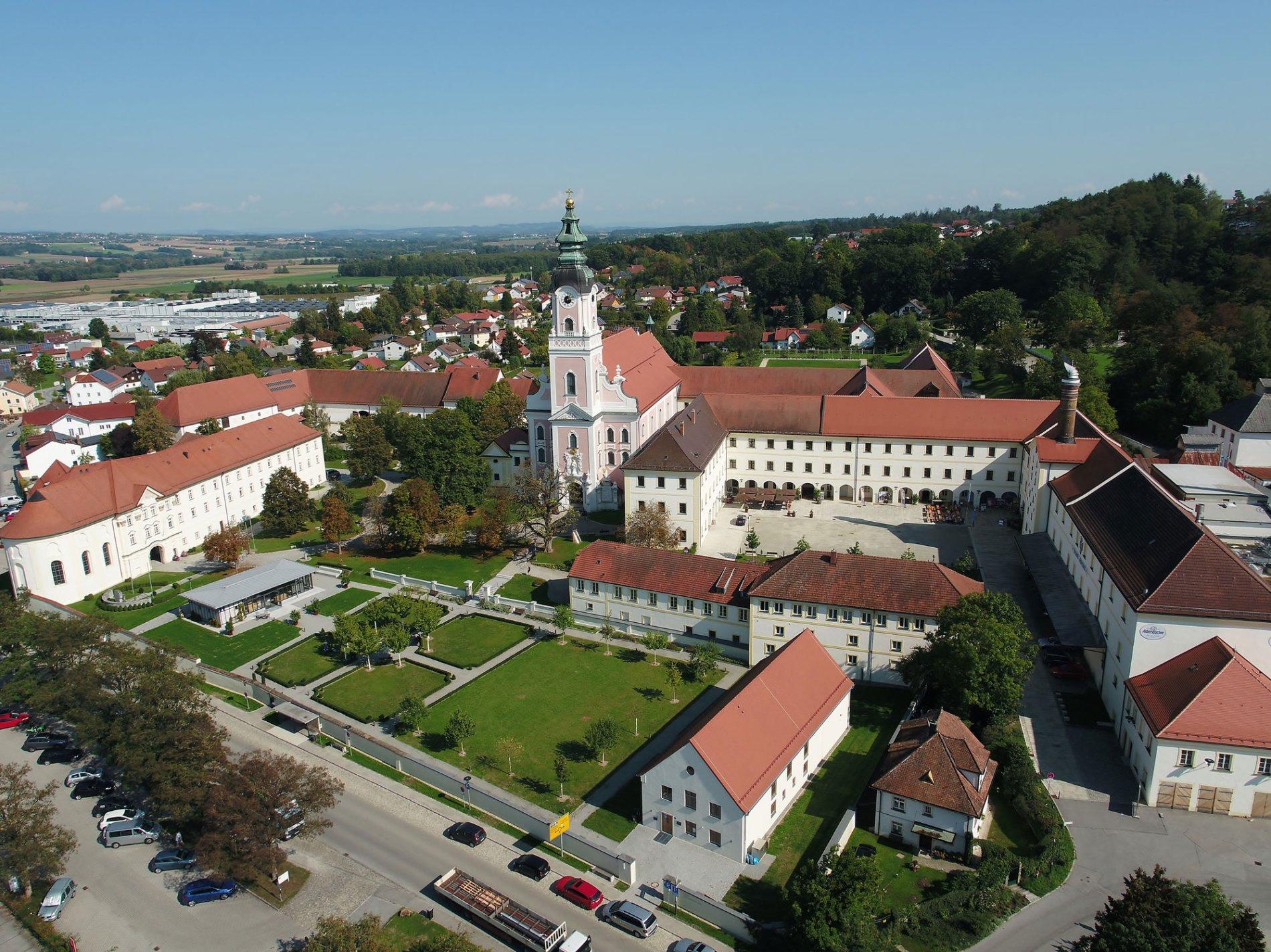 Das Aldersbacher Klosterareal mit der Asam-Kirche, einer der schönsten Marienkirchen Bayerns, der Brauerei sowie dem Barockgarten.