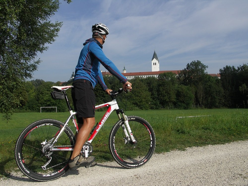 Radfahrer auf dem Radweg Ring der Regionen mit Blick auf den Freisinger Mariendom
