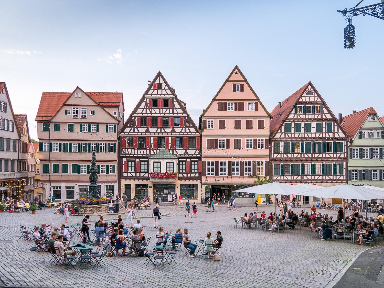 Nightlife auf dem Tübinger Marktplatz, Blick auf das Tübinger Rathaus