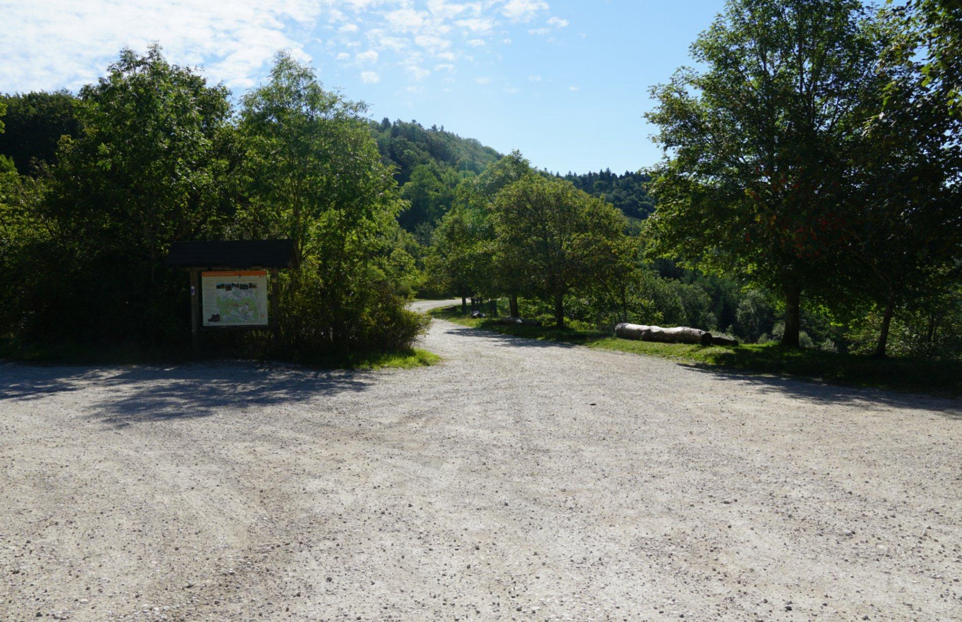 Geschotterter Wanderparkplatz unterhalb vom Lochen