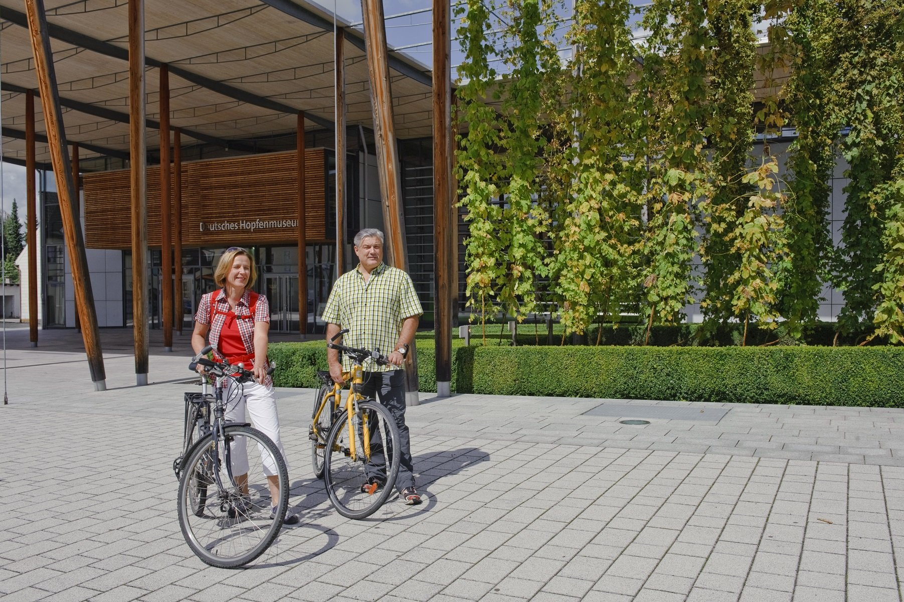 Hopfengärten säumen die Strecke der Hallertauer Hopfentour