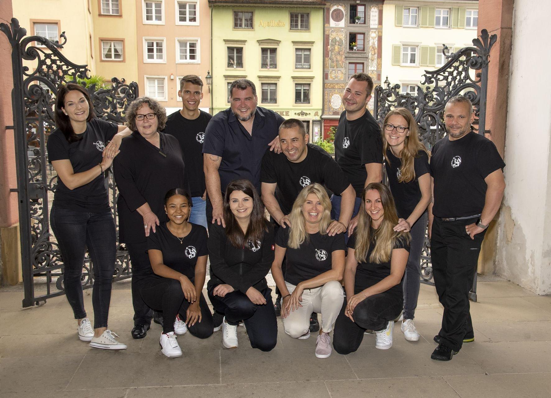 Das 7-köpfige Team vom Tourismus- & Kulturamt Bad Säckingen mit dem Rhein und der längsten gedeckten Holzbrücke Europas im Hintergrund