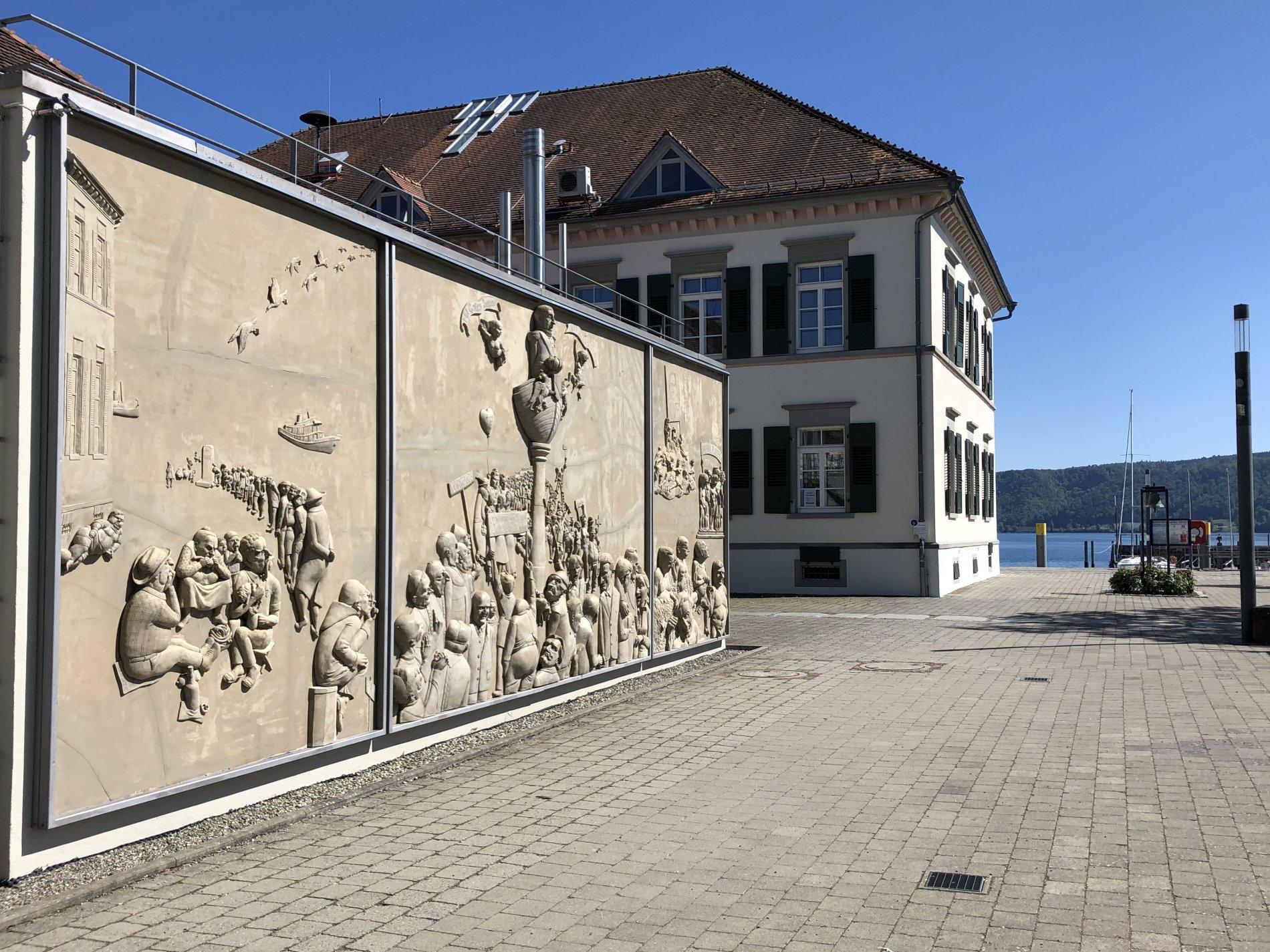 """Relief """"Ludwigs Erbe"""" von Peter Lenk"""