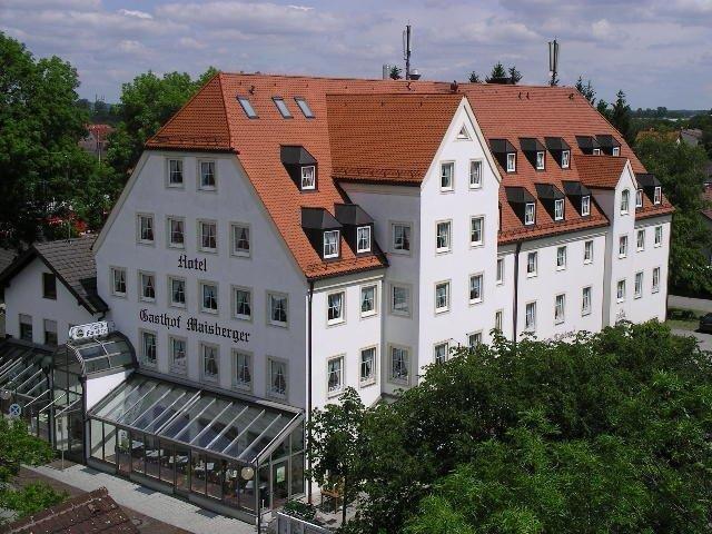 Außenansicht mit Wintergarten und Außenbereich des Gasthof Maisberger Neufahrn