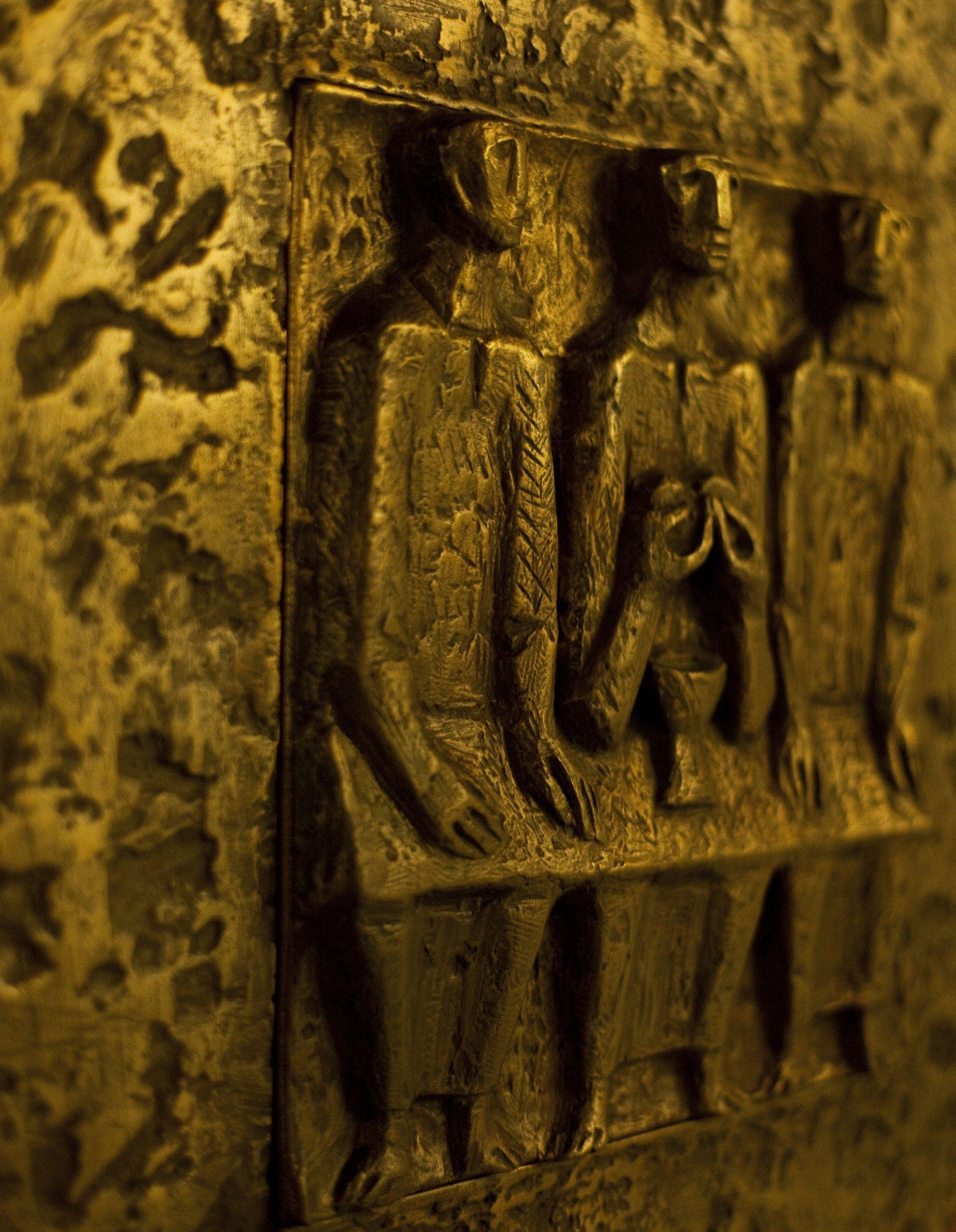 Heiligenfiguren an der Wand der Kapelle der Heliosklinik