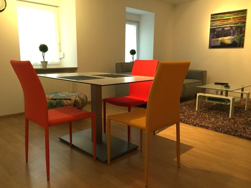 Esszimmer mit drei Stühlen