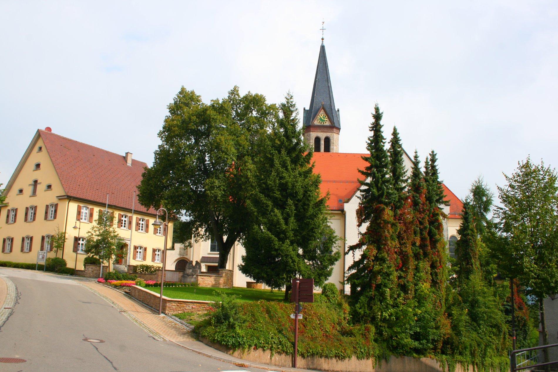 Kirche St. Afra von Bäumen verdeckt