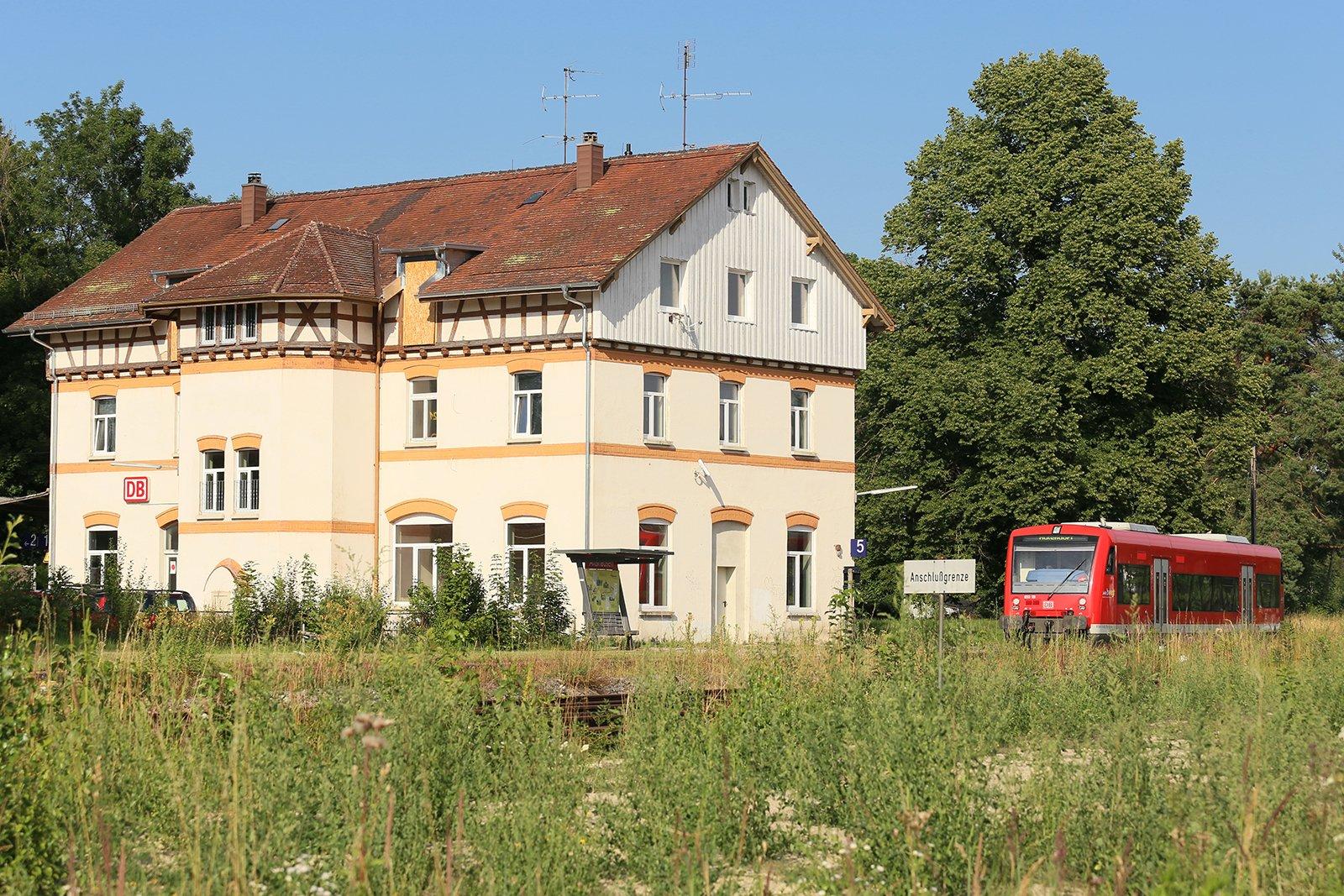 Bahnsteig und Bahnhofsgebäude Altshausen